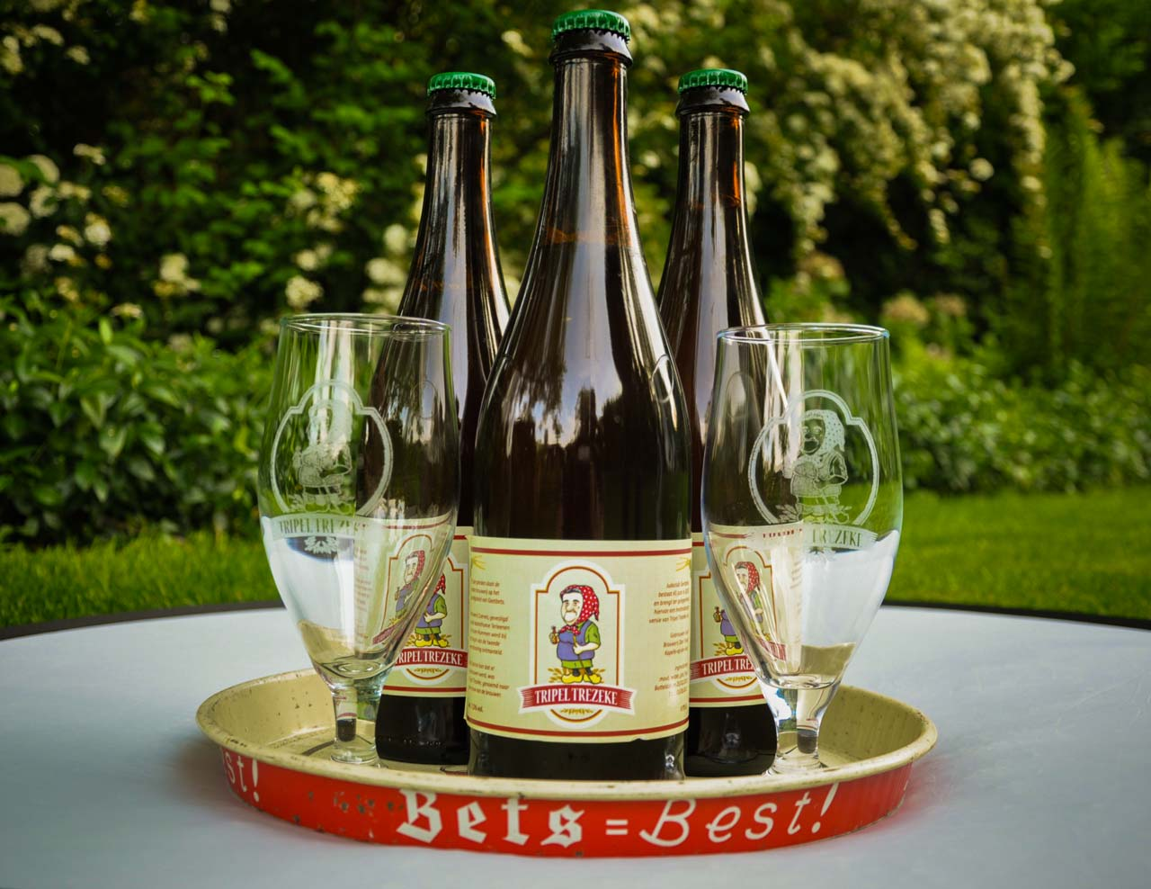 Tripel Trezeke, flessen en glazen van dit ambachtelijke natuurlijke blonde streekbier uit Geetbets