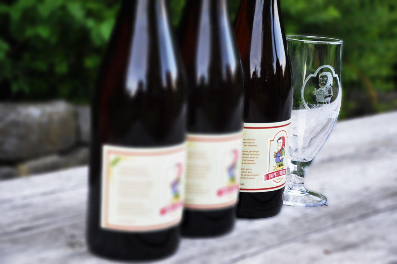 Tripel Trezeke drie flessen met een glas